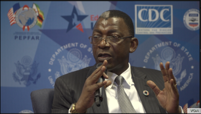 Eddie Rowe, head of the World Food Program in Zimbabwe, addresses poverty and food insecurity, in Harare, Sept. 24, 2019. (C. Mavhunga/VOA)