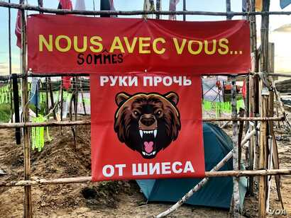 """The flag reads """"Hands Off Shiyes."""" The slogan has become a rallying cry for Russians across the north. (C. Maynes)"""