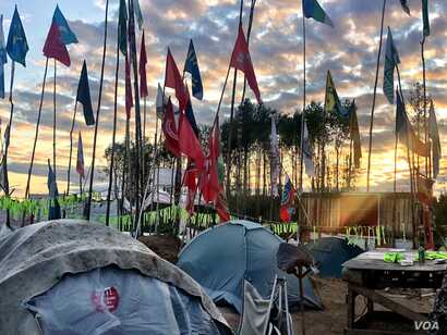 The Shiyes camp at dusk. Volunteers have been rotating into the camp for the past year to keep the protest alive. (C. Maynes)