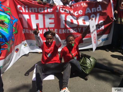 Kenyan protesters join activists around the world calling on their political leaders to take action against climate change, in Nairobi, Kenya, Sept. 20, 2019. (M. Yusuf/VOA)