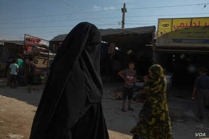 In the al-Hol Camp in Syria, 71,000 people are detained, mostly the wives and children of Islamic State militants, and the camp has grown increasingly violent since Turkish military operations began last week. Oct. 17, 2019. (Y.  Boechat/VOA)