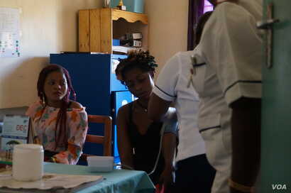 Medical workers examine mothers at Achikondi Community Clinic in Lilongwe, Malawi. (Lameck Masina/VOA)