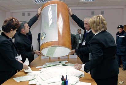 FILE - Local election officials empty a ballot box at a polling station in Tashkent, Uzbekistan, Dec. 23, 2007. The OSCE Office of Democratic Institutions and Human Rights is set to monitor the upcoming Uzbek elections.