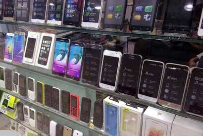 Undated photo of mobile phones on sale in an Iranian store (Courtesy: IRNA)