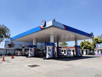 Gasoline stations in New Delhi are open but in a city on lockdown there are virtually no customers. (Anjana Pasricha/VOA)