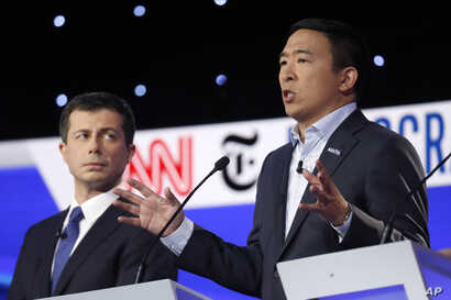 Democratic presidential candidate entrepreneur Andrew Yang, right, speaks next to Democratic presidential candidate and South…