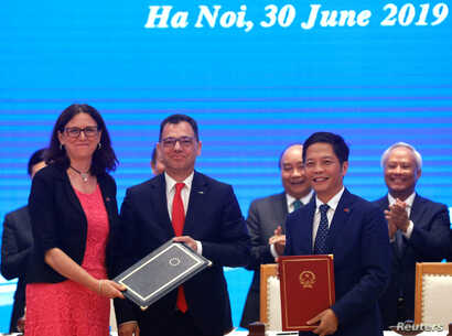 European Commissioner for Trade Cecilia Malmstrom, Romania's Business, Trade and Enterpreneurship Stefan Radu Oprea and Vietnam's Industry and Trade Minister Tran Tuan Anh attend the signing ceremony of EVFTA in Hanoi, June 30, 2019.