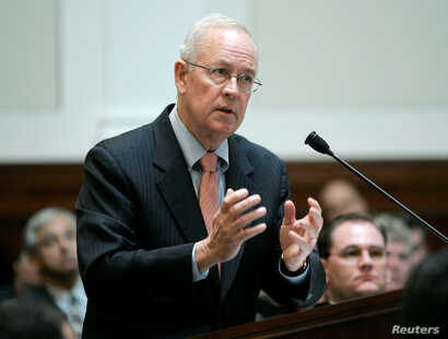 FILE PHOTO: Attorney Kenneth Starr speaks during arguments before the California Supreme Court to overturn California's…
