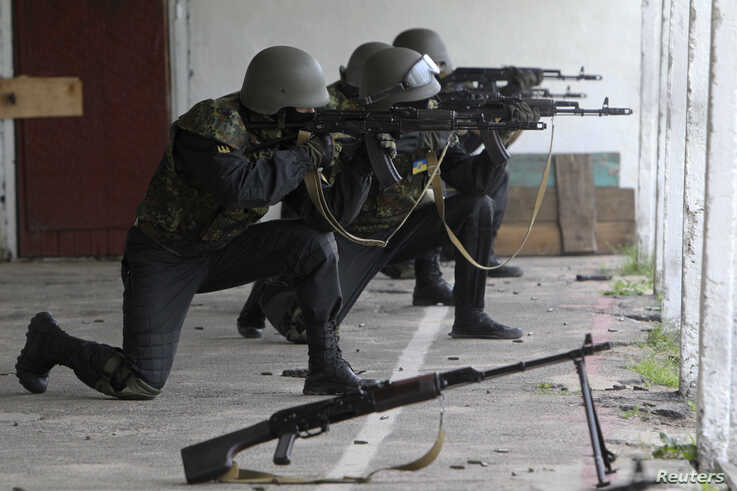 """Members of the """"Donbass"""" self-defence battalion take part in a training at a base of the National Guard of Ukraine near Kiev June 2, 2014. REUTERS/Valentyn Ogirenko (UKRAINE - Tags: MILITARY POLITICS) - RTR3RTVS"""