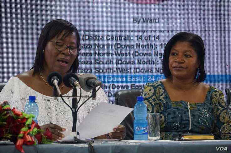 FILE - Malawi Electoral Commission chairperson Jane Ansah, left, and MEC Commissiner Jean Mathanga declare the presidential elections to be free and fair. (L. Masina/VOA)
