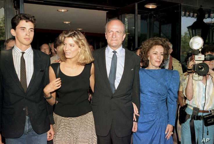 Claus von Bulow is pictured with his daughter Cosima, left, and his companion Andrea Reynolds, in Providence, R.I., after being acquitted for the attempted murder of his wife,  June 10, 1985. Man at left is unidentified. (AP Photo)