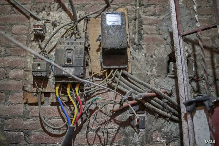 A rigged electricity meter in a Cairo apartment building shows how residents sometimes resort to stealing to save money on electric bills. (H. Elrasam/VOA)