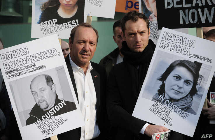 FILE - British actor Jude Law (R) and US actor Kevin Spacey (L) join protesters in a march to campaign for free speech in Belarus, in central London, March 28, 2011.