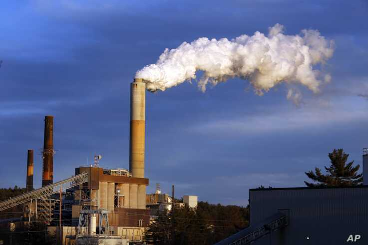 A plume of smoke billows from the coal-fired Merrimack Station in Bow, New Hampshire, Jan. 20, 2015.