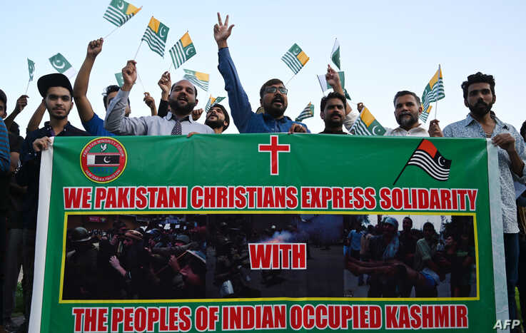 Pakistanis shout anti-Indian slogans during a protest in Islamabad, Aug 19, 2019, after India stripped the region of its autonomy and imposed a lockdown two weeks ago.
