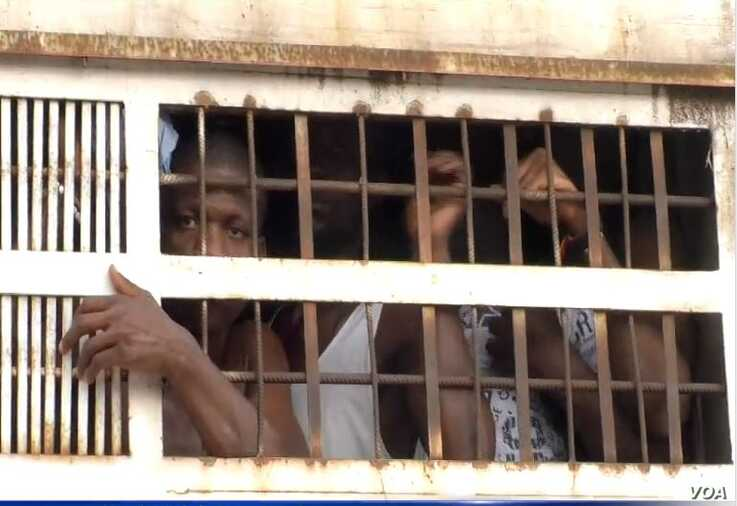 Prisoners are taken from the Kondengui Central Prison in Yaounde, Cameroon, July 23, 2019. (M. Kindzeka/VOA)