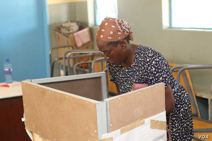 An elderly woman prepares to cast her vote in Gaborone during Botswana's general election. (Mqondisi Dube/VOA)
