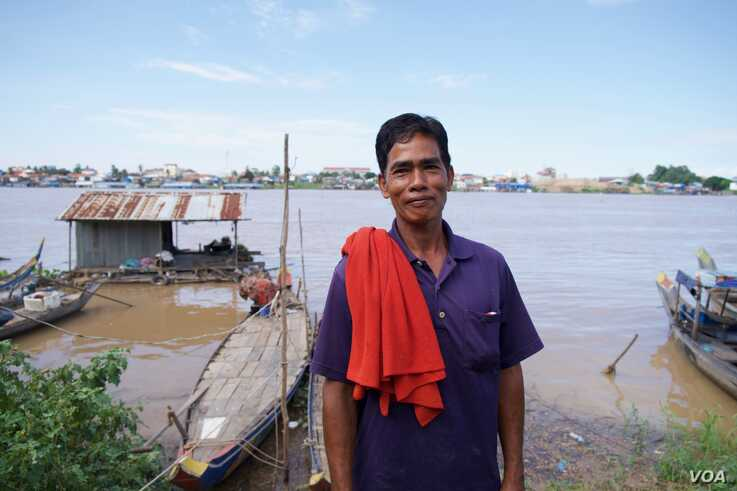 Nan Sok, a 60-year-old Khmer Islam fisherman, stands in front of Tonle Sap behind his house on the outskirts of Phnom Penh, Cambodia.(Malis Tum/VOA Khmer)