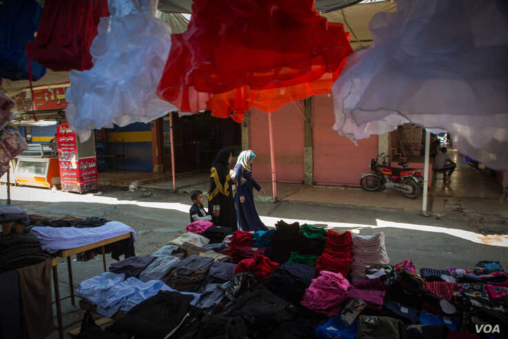 Markets have re-opened in Qameshli, Syria, but the usually-busy city is now quiet and sellers say many residents have fled, Oct. 18, 2019 (Y.  Boechat/VOA)