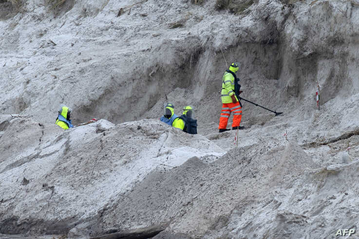 Zimbabwean citizens work on a mined beach in Stanley, Falkland Islands (Malvinas) on October 11, 2019. - A surprising community…