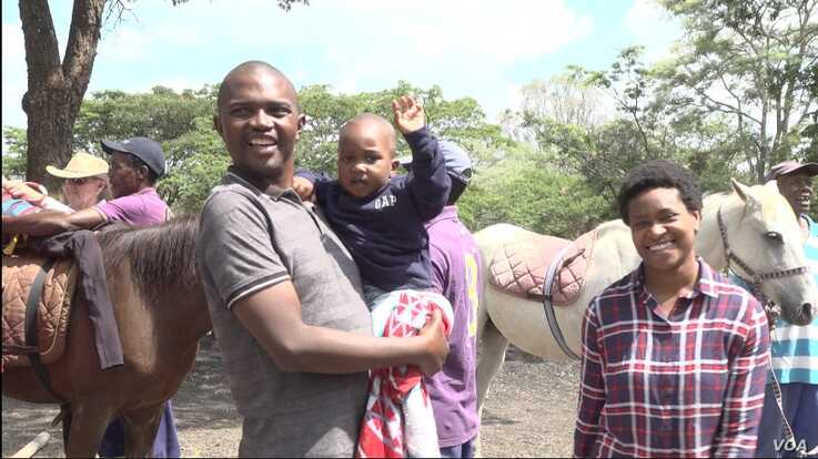 Thirty-seven year-old Stanley Dzingai brings his four-year-old child for regular sessions (November 21, 2019)  in Harare,(Columbus Mavhunga/VOA)
