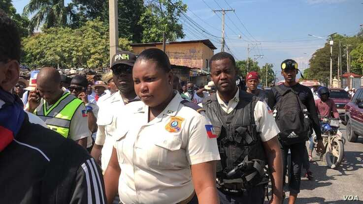 Female police officers also participated in the Port au Prince protest, Nov 17, 2019. (Photo: M. Vilme/VOA)