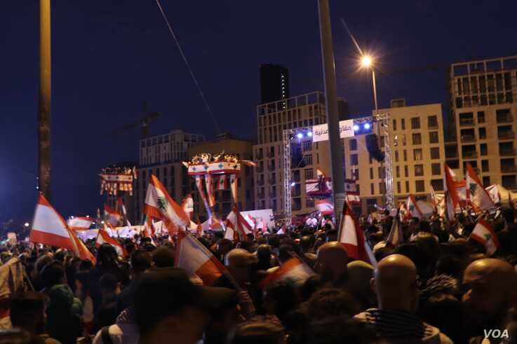 Crowds gather in Martyrs' Square to protest corruption and the financial crisis, in Beirut,  Nov. 22, 2019. (Heather Murdock/VOA)