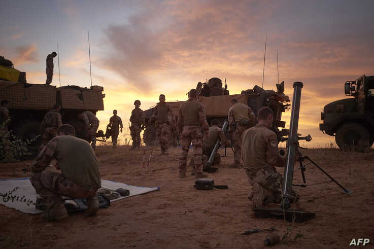 Soldiers from the French Army set up a Temporary Operative Advanced Base during the Bourgou IV operation in the area of the three borders between Mali, Burkina Faso and Niger, Nov. 9,2019.