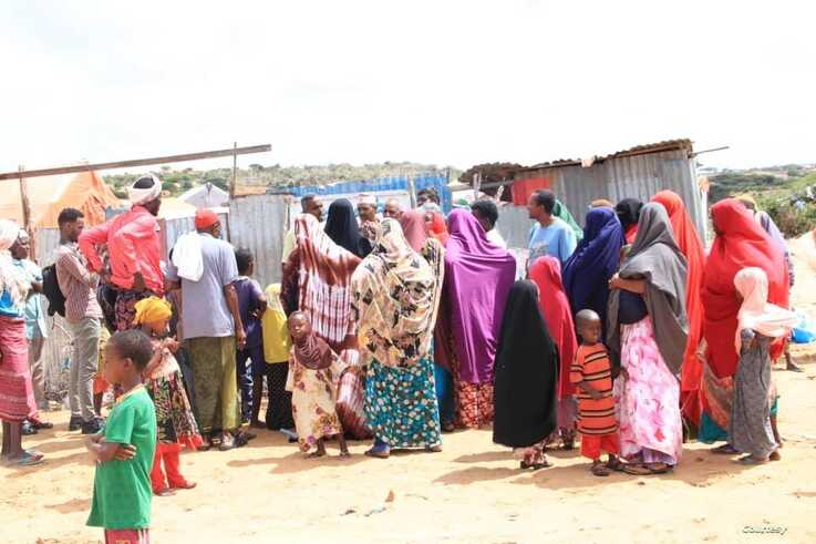 Refugees gather in front of a makeshift tent to collect aid at the Yemeni Refugees Camp near Somali capital Mogadishu. (Courtesy of Muslim Aid)