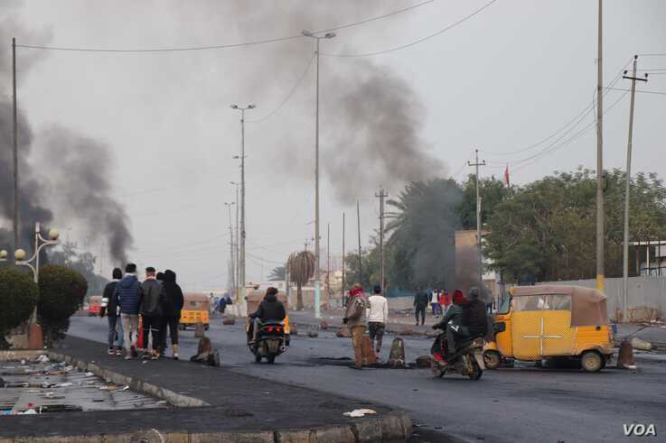 5077: Protesters burn tires at roadblocks ahead of clashes in Baghdad on Jan. 24, 2020. (H.Murdock/VOA)