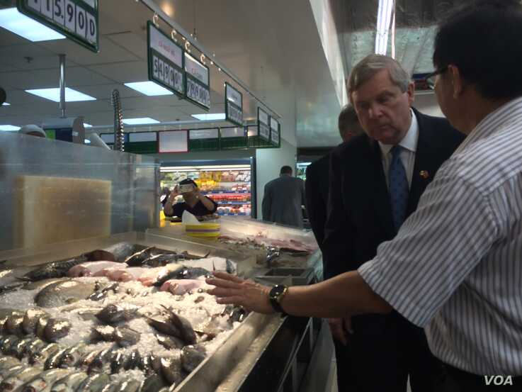 Then-U.S. Agriculture Secretary Tom Vilsack toured a supermarket in Ho Chi Minh City in 2016. The U.S. has issued tariffs on various Vietnamese seafood exports. (VOA)