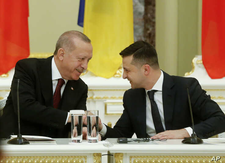 Ukrainian President Volodymyr Zelenskiy, right, and Turkey's President Recep Tayyip Erdogan attend a joint news conference…