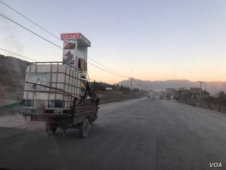 Small vehicle transporting smuggled Iranian fuel in Quetta, Feb. 13, 2020 (VOA).