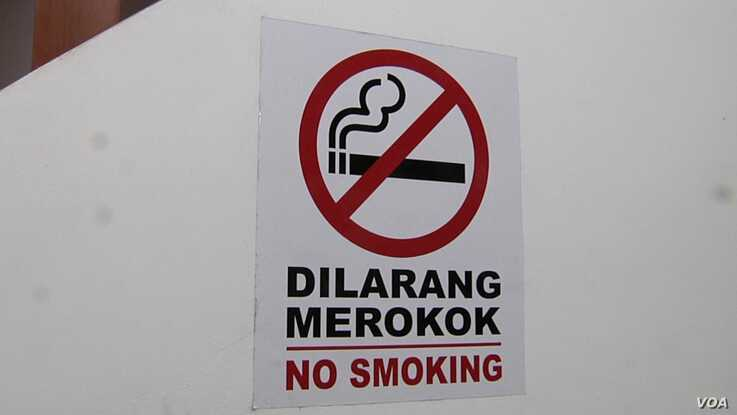 Malaysian eateries are required to display no-smoking signs.