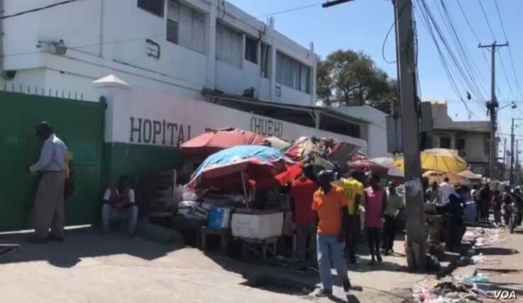 Patients and vendors stand in front of the General Hospital in Port-au-Prince, Haiti. (Matiado Vilme / VOA Creole)