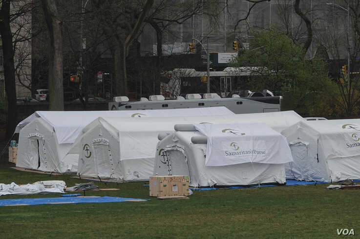 A 68-bed field hospital is under construction in New York's Central Park to handle those infected with the novel coronavirus. (VOA/Vladimir Badikov)