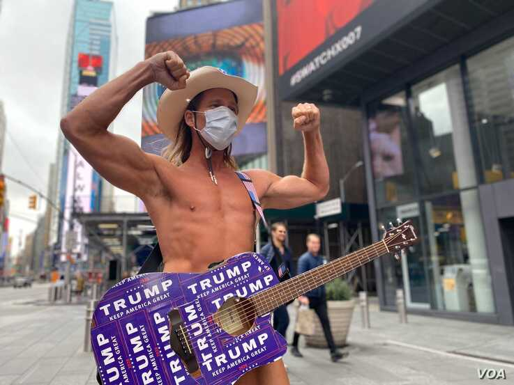 Even New York's iconic 'Naked Cowboy' is wearing a face mask in the times of coronavirus! (Photo: Celia Mendoza / VOA)