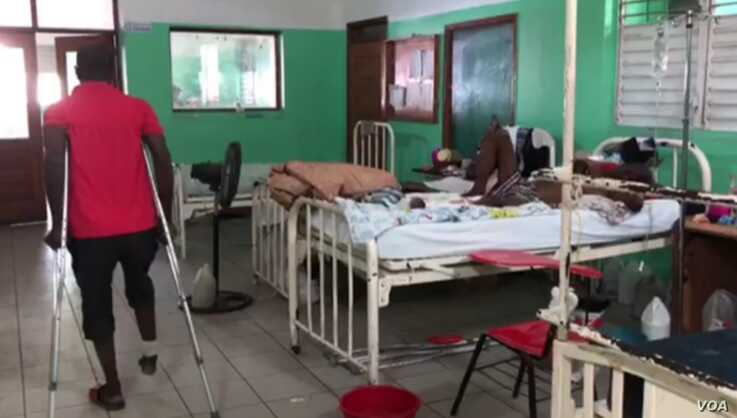 Neciado Altidor, who is stuck at the hospital, hobbles around on crutches at the General Hospital in Port-au-Prince. (Matiado Vilme/VOA Creole)