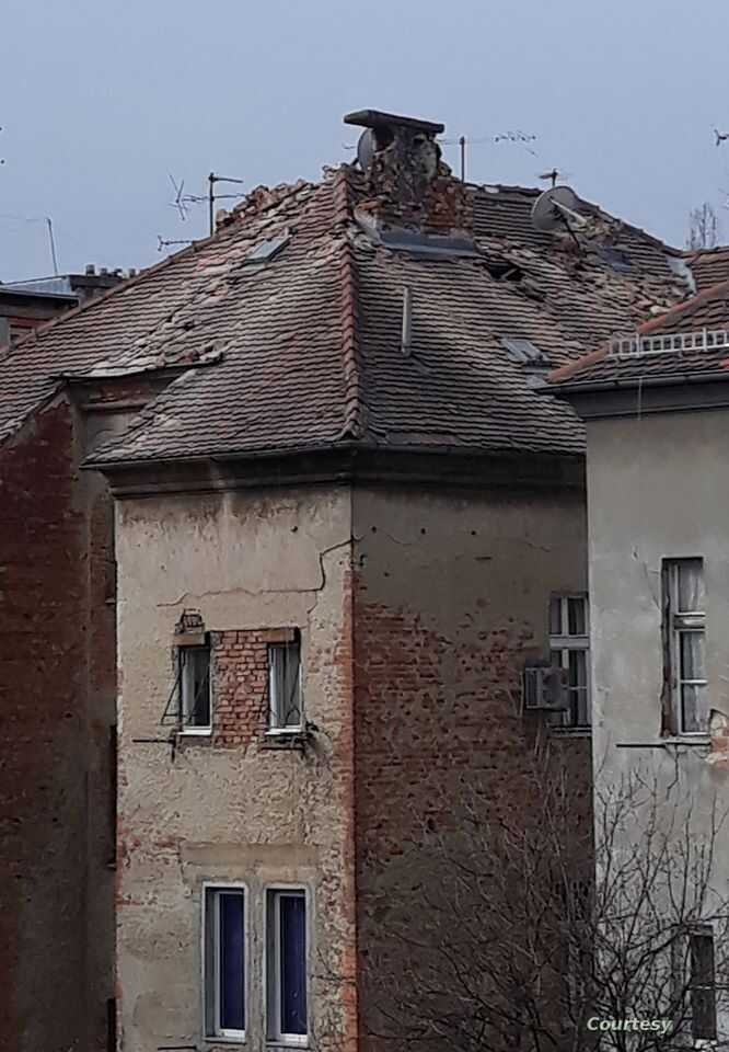The quake damaged old buildings, including this 1920s residential building near Žrtava fašizma square in Central Zagreb, March 22, 2020. (Courtesy photo: Maja Beck)