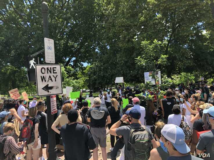 Anti-police violence protesters gather near White House, Sunday, May 31, 2020.  (Photo: Ralph Robinson / VOA)