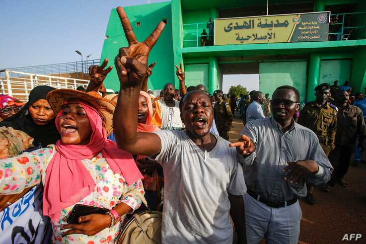 Sudanese people gather outside al-Huda prison in the capital Khartoum's twin city of Omdurman, July 4, 2019, during a ceremony marking the release of 235 members of a faction of the Sudan Liberation Army, which has fought government forces in war-torn Darfur.