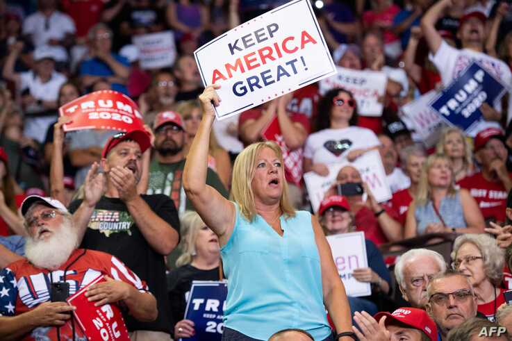 "Supporters cheer as US President Donald Trump holds a ""Make America Great Again"" campaign rally in Cincinnati, Ohio, on August 1, 2019. / AFP / SAUL LOEB"
