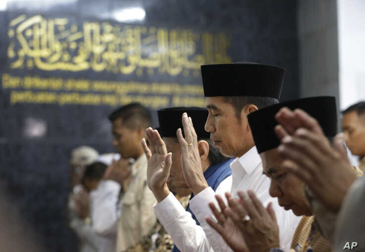 Indonesian President Joko Widodo, center, performs a Friday prayer at a mosque in the Tanah Tinggi neighborhood in Jakarta, Indonesia, July 26, 2019.