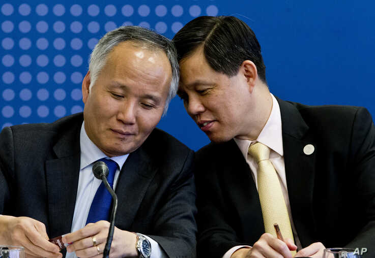 Tran Quoc Khanh, Vietnam's Deputy Minister of Industry and Trade, left, talks with Singapore's Industry and Trade Minister Chan…