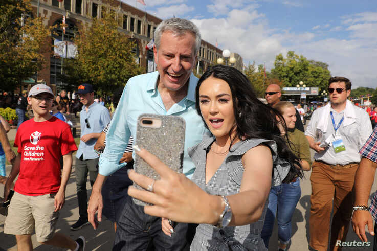 2020 Democratic U.S. presidential candidate and New York City Mayor Bill de Blasio takes a photo with a fairgoer at the Iowa State Fair in Des Moines, Iowa, U.S., August 11, 2019. REUTERS/Scott Morgan