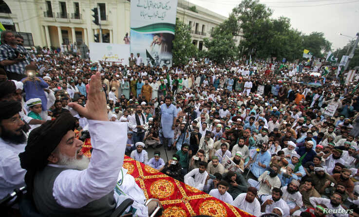 Khadim Hussain Rizvi, leader of Tehrik-e-Labaik Pakistan (TLP) Islamic political party, gestures as he addresses the supporters during a rally to express solidarity with the people of Kashmir, in Lahore, Pakistan August 9, 2019. REUTERS/Mohsin Raza