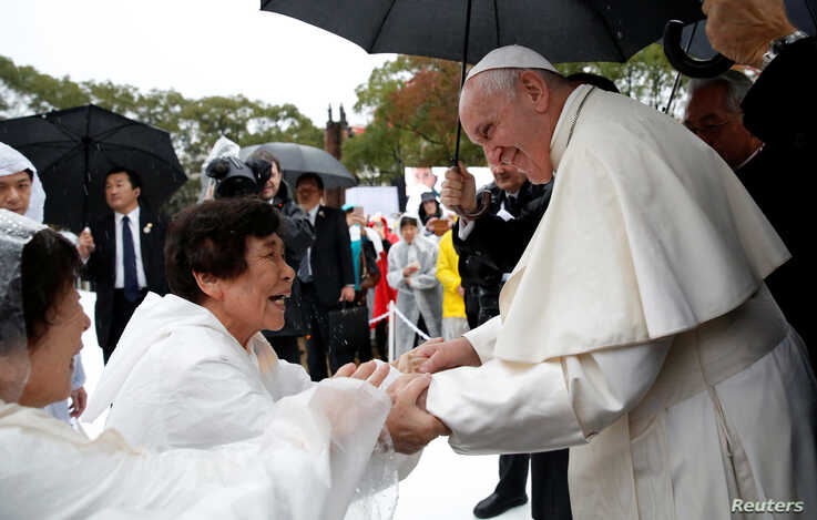 Pope Francis greets wellwishers at the Atomic Bomb Hypocenter Park in Nagasaki, Japan, November 24, 2019. REUTERS/Remo Casilli