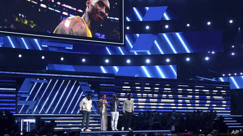 "Alicia Keys, second left, and members of Boys II Men, from left, Nathan Morris, Wanya Morris and Shawn Stockman, sing ""It's So…"